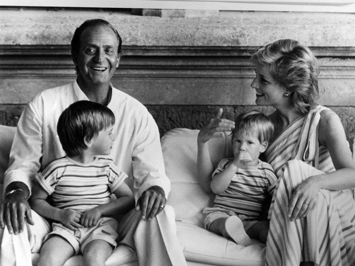 Foto: Don Juan Carlos y Lady Di con los hijos de la princesa. (Cordon)