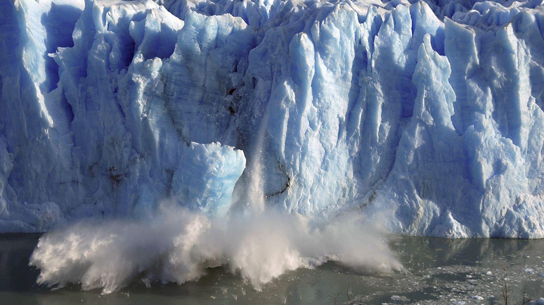 Astillas de hielo deslizándose del glacial Perito Moreno (Andres Forza / Reuters)