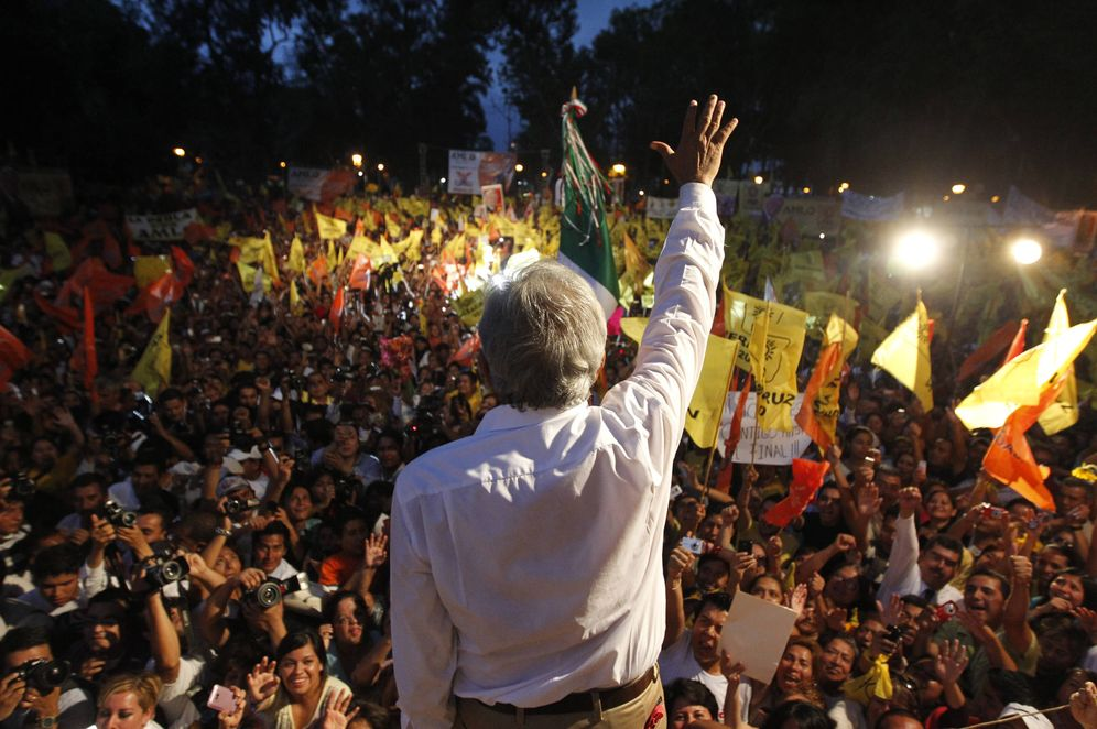 Foto: Andrés Manuel López Obrador saluda a simpatizantes durante un mitin electoral en Orizaba. (Reuters)