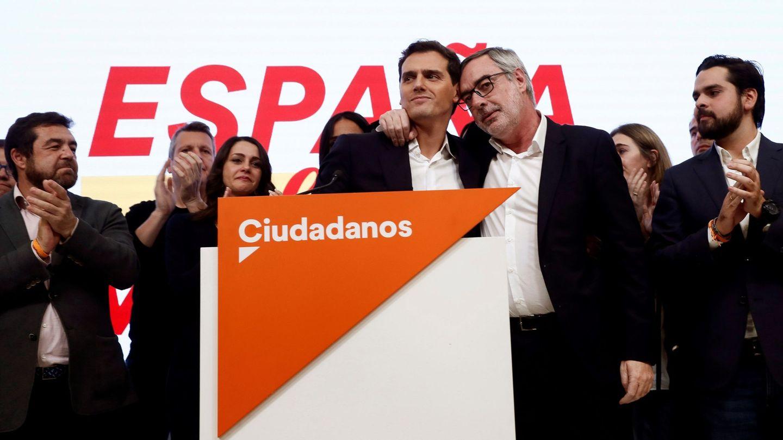 El líder de Ciudadanos, Albert Rivera (c), y el secretario general, José Manuel Villegas (2-d). (EFE)