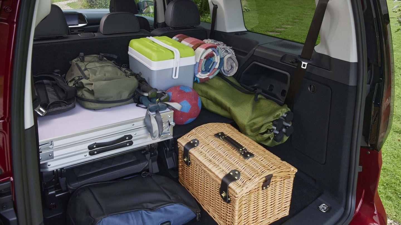 Prescindiendo de la tercera e fila de asientos, compuesta por dos butacas independientes, la capacidad del maletero es enorme, sobre todo en las versiones L2, más largas.