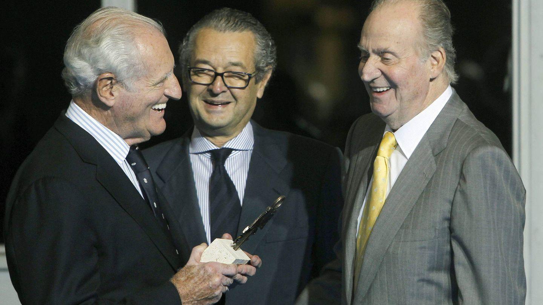 EL empresario Luis Conde, en el centro, observa a don Juan Carlos I y su gran amigo José Cusí. (EFE)