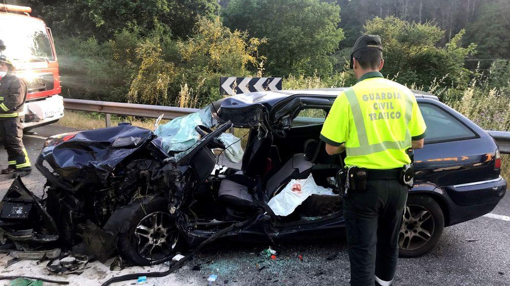 Foto: Fallece tras volcar el camión por una ladera en Mos (Efe)