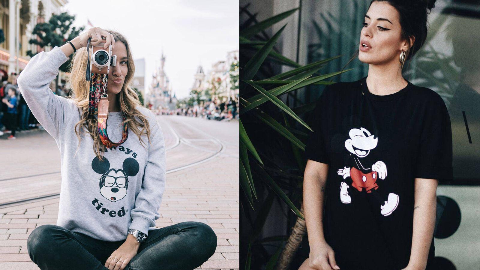 Foto: De izq a dcha: María Pombo con sudadera de Tipi Tent con motivo de Mickey Mouse y frase (45 €) y Aida Domenech con camiseta negra de Dulceidashop (25 €). (Cortesía)