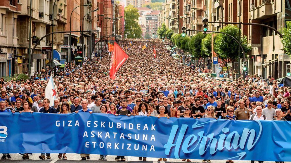 Foto: Manifestación en Bilbao a favor de los 47 abogados encausados por la AN. (EFE)