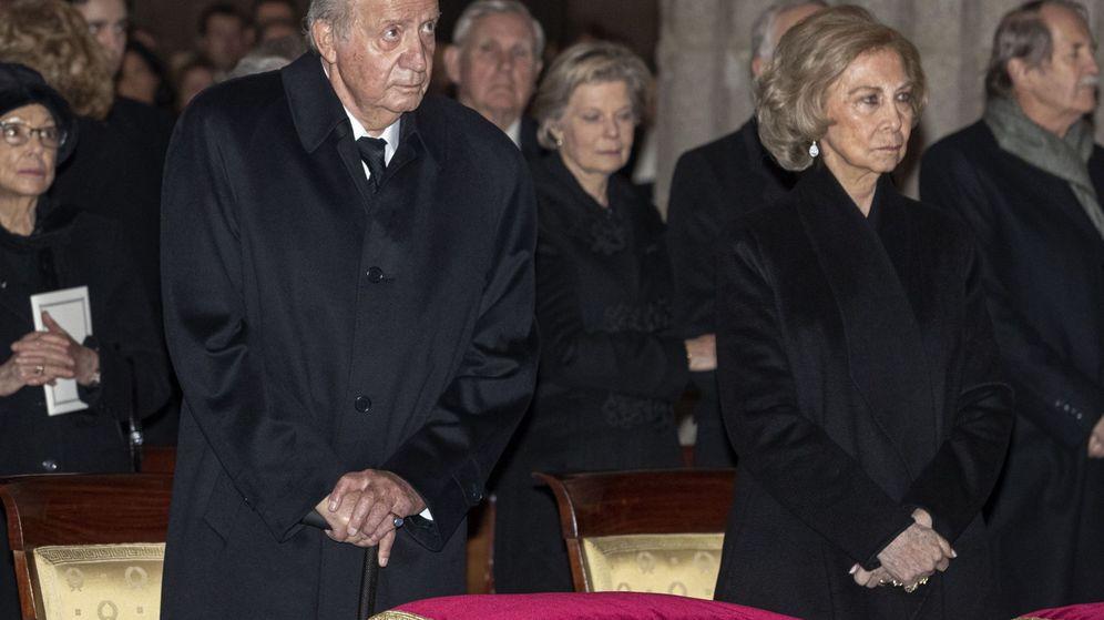 Foto: Los Reyes eméritos, en el funeral por la infanta Pilar. (EFE)