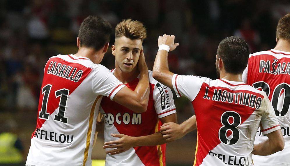 Foto: El Shaarawy, en el centro, es felicitado tras marcar un gol en un partido de pretemporada (EFE)