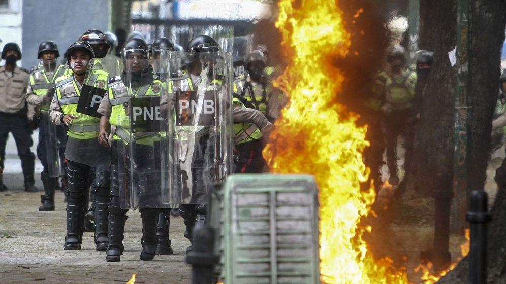 Foto: Policías antidisturbios se enfrentan a grupos de manifestantes en Caracas, ayer, 20 de abril de 2017. (EFE)