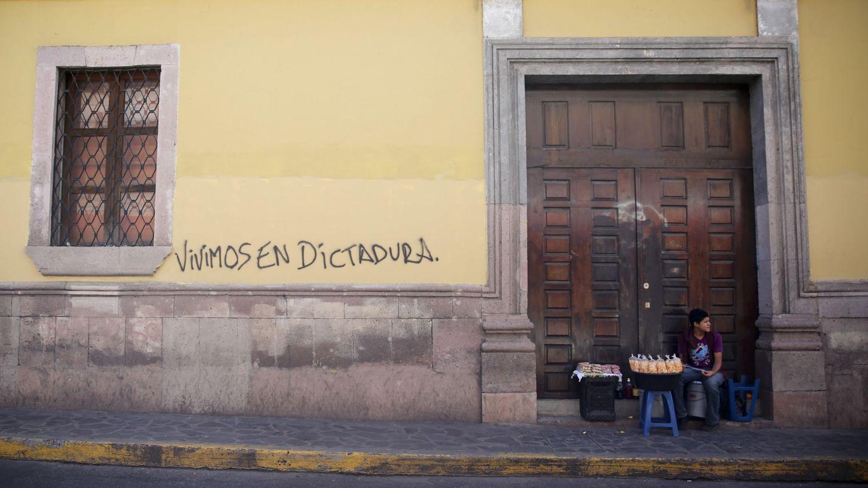 Otro de los grafitis de las fachadas de Tegucigalpa denuncia que Honduras vive en una dictadura. (EFE)