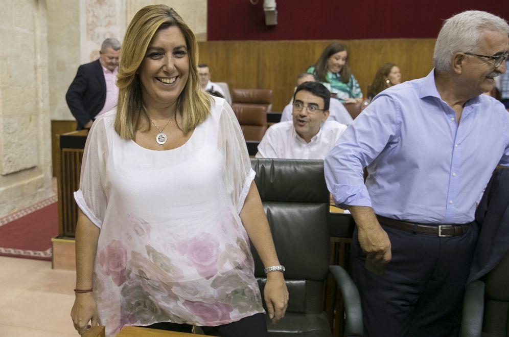 Foto: Susana Díaz, junto a su vicepresidente, Manuel Jiménez Barrios, al inicio del pleno del Parlamento andaluz, este 7 de septiembre. (EFE)