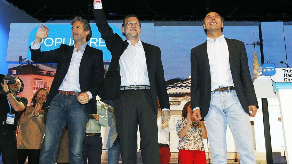 Foto: El presidente del Gobierno y del PP, Mariano Rajoy (c), junto al candidato a la reelección a la Presidencia de Cantabria, Ignacio Diego (d), y el candidato a la reelección como alcalde de Santander, Iñigo de la Serna (i). (Efe)