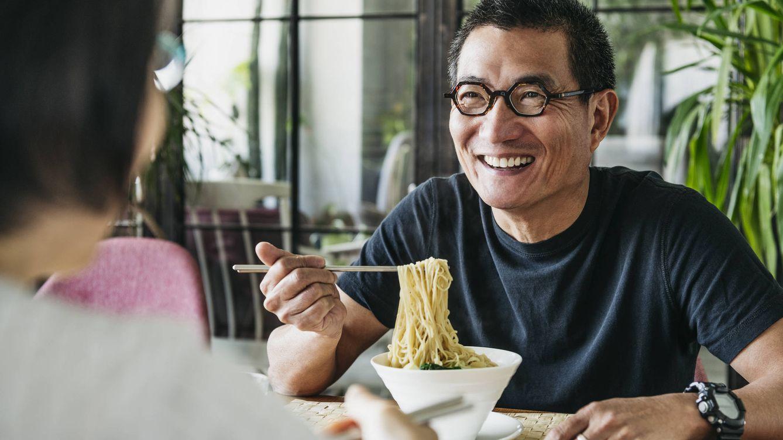 Por qué en Asia se come con palillos y aquí con cuchillo y tenedor
