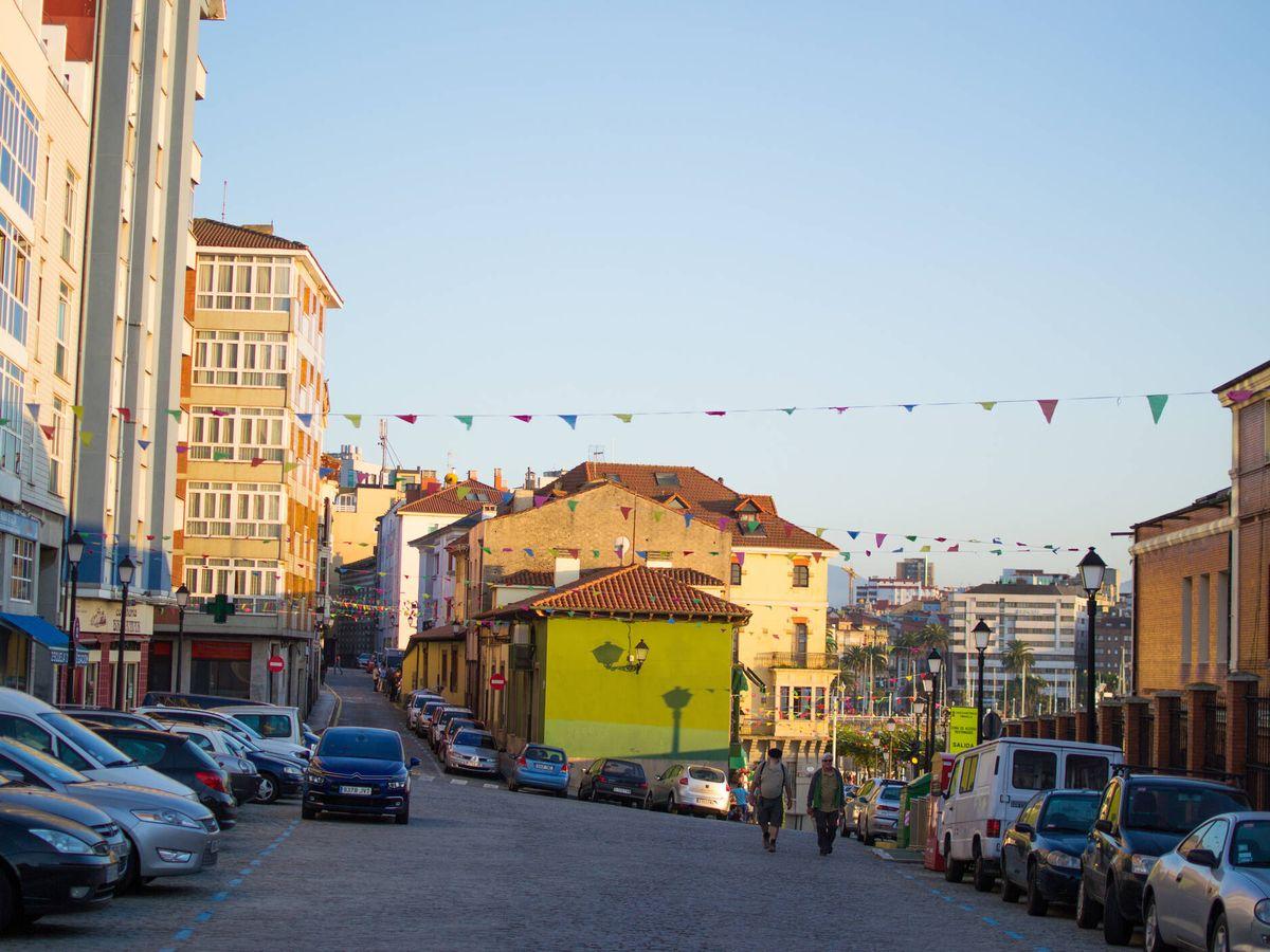 """Foto: Una de las vistas de la """"Cuesta del Cholo"""" en el barrio de Cimadevilla de Gijón. (iStock)"""