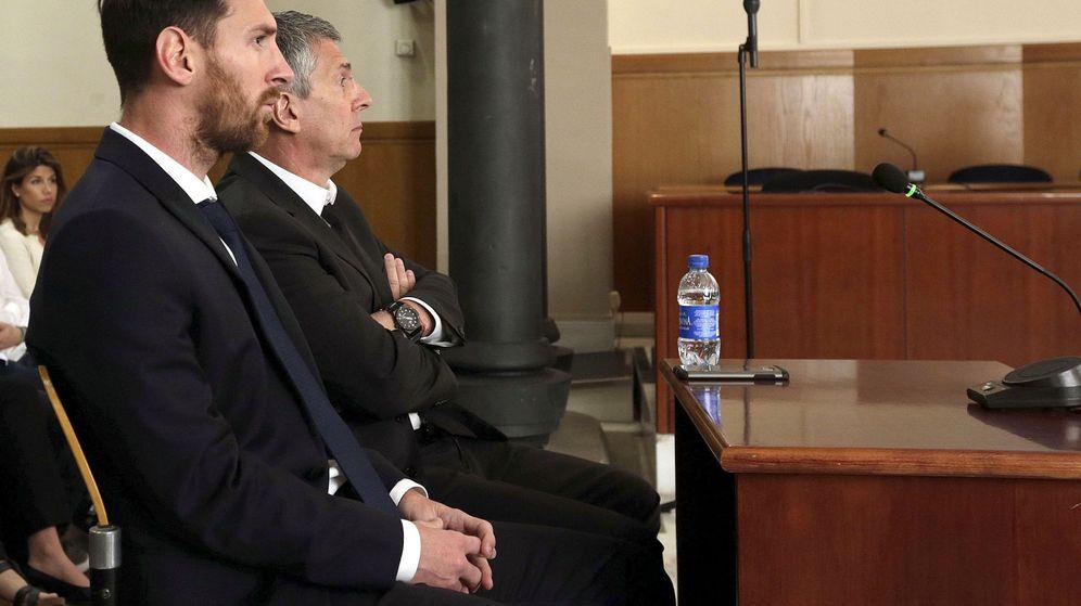 Foto: Fotografía de archivo del jugador del FC Barcelona Leo Messi y su padre, Jorge Horacio, en la sala de la Audiencia de Barcelona. (EFE)