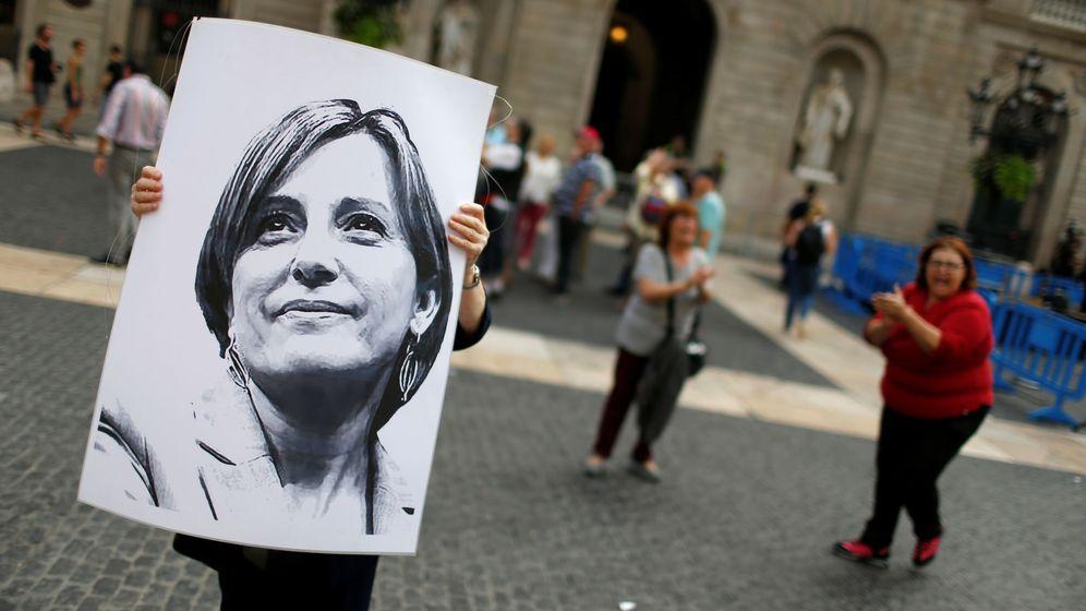 Foto: Cartel de Carme Forcadell en Barcelona. (Reuters)