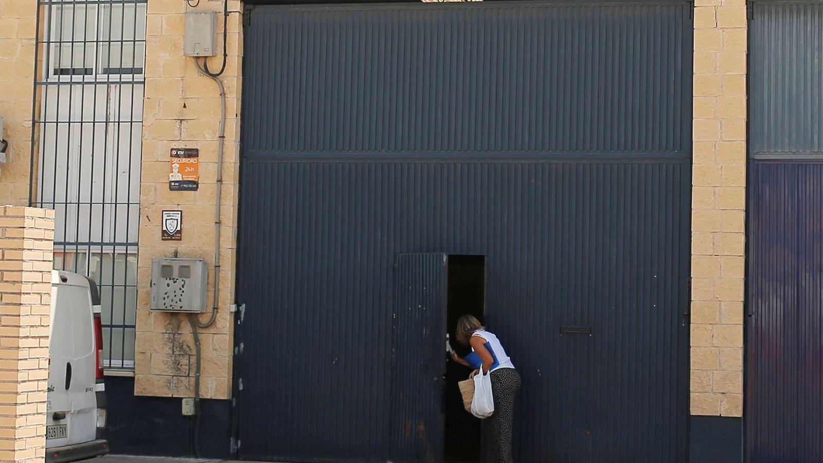 Foto: Una mujer saliendo de la fábrica cerrada de Magrudis en Sevilla (Reuters)