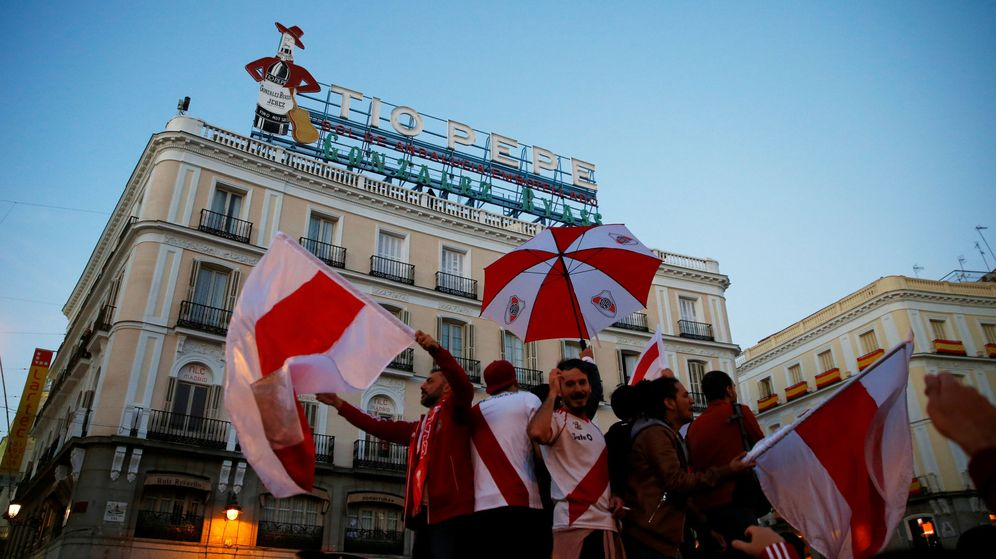 Foto: Aficionados de River Plate en la madrileña Puerta del Sol. (Reuters)