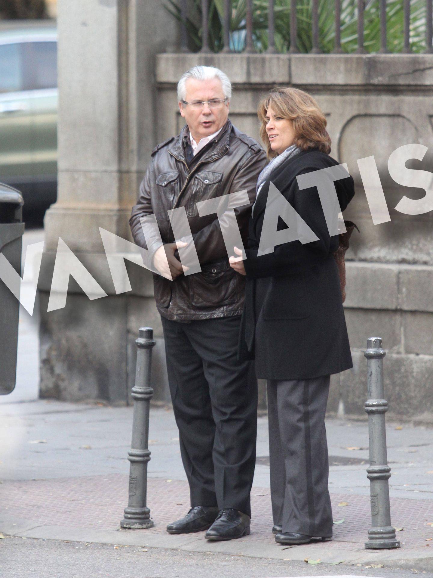 Baltasar Garzón y Dolores Delgado, dando un paseo por Madrid el pasado mes de diciembre.
