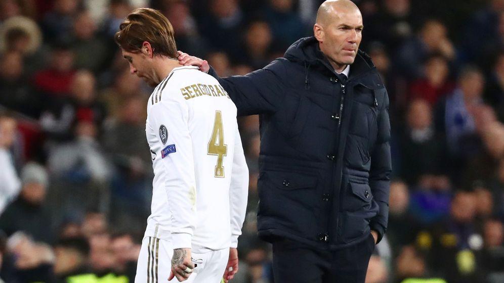 Foto: Zidane consuela a Sergio Ramos, expulsado en el partido contra el Manchester City. (EFE)