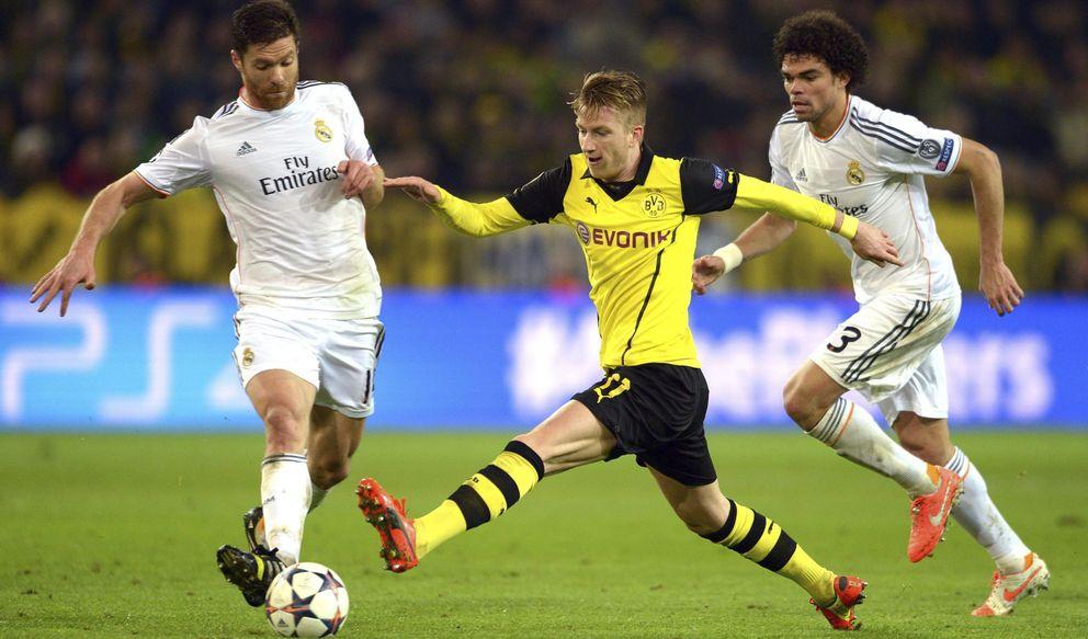 Foto: Reus, con Xabi Alonso, en un partido del Dortmund contra el Real Madrid (EFE)