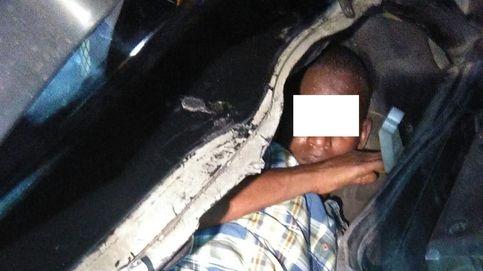 Detenido por ocultar dos inmigrantes en un asiento y el motor de un vehículo