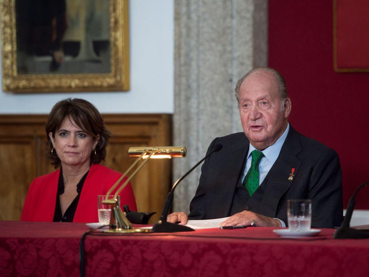 Foto: El rey emérito, Juan Carlos I, junto a la fiscal general del Estado, Dolores Delgado, cuando esta era ministra de Justicia. (EFE)