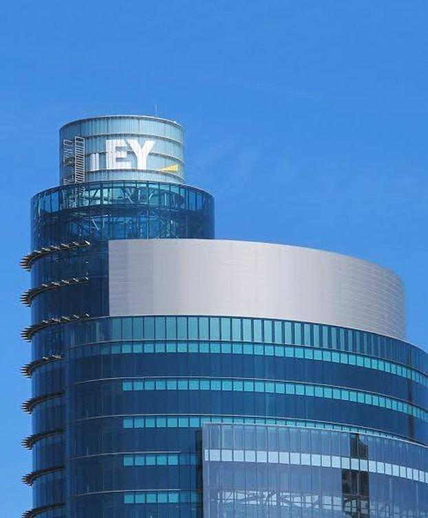 Foto: Logo de EY en lo alto de Torre Titania.