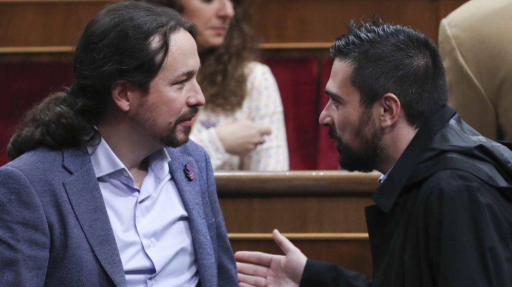 Foto: El líder de Podemos, Pablo Iglesias, y el exdirigente del partido Ramón Espinar (d), conversan en el hemiciclo del Congreso antes de los actos por el 40 aniversario de la Constitución. (EFE)