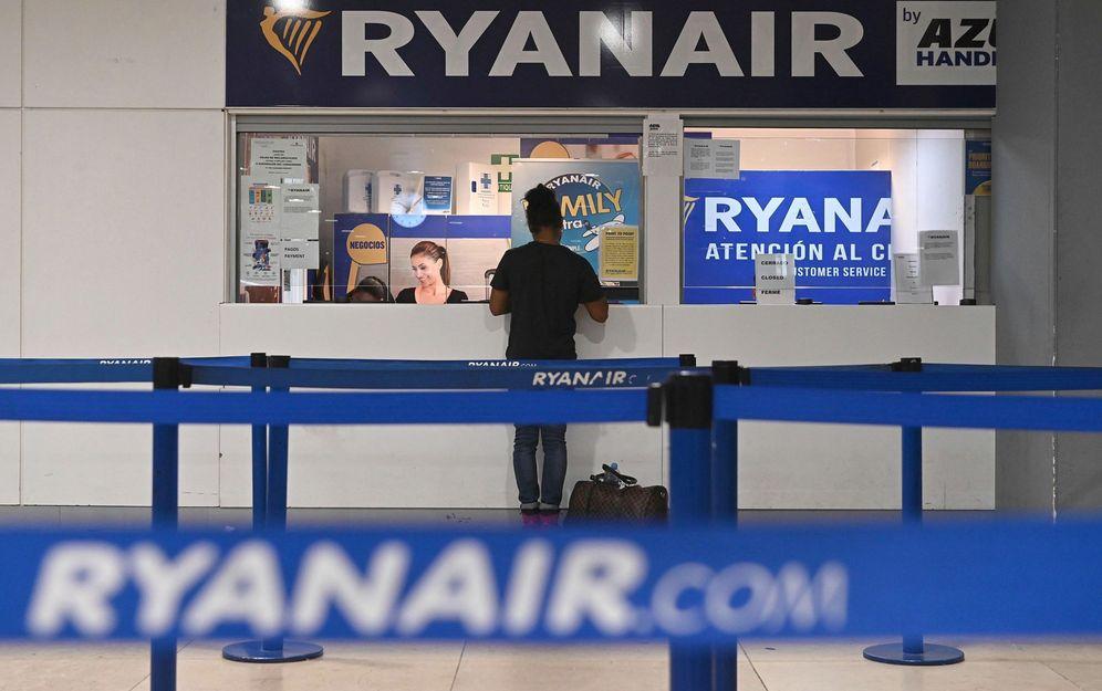 Foto: Un pasajero pide información en un mostrador de Ryanair (EFE)