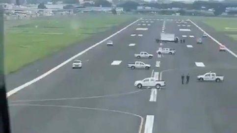 Una alcaldesa de Ecuador bloquea con camiones el aterrizaje de un avión de Madrid
