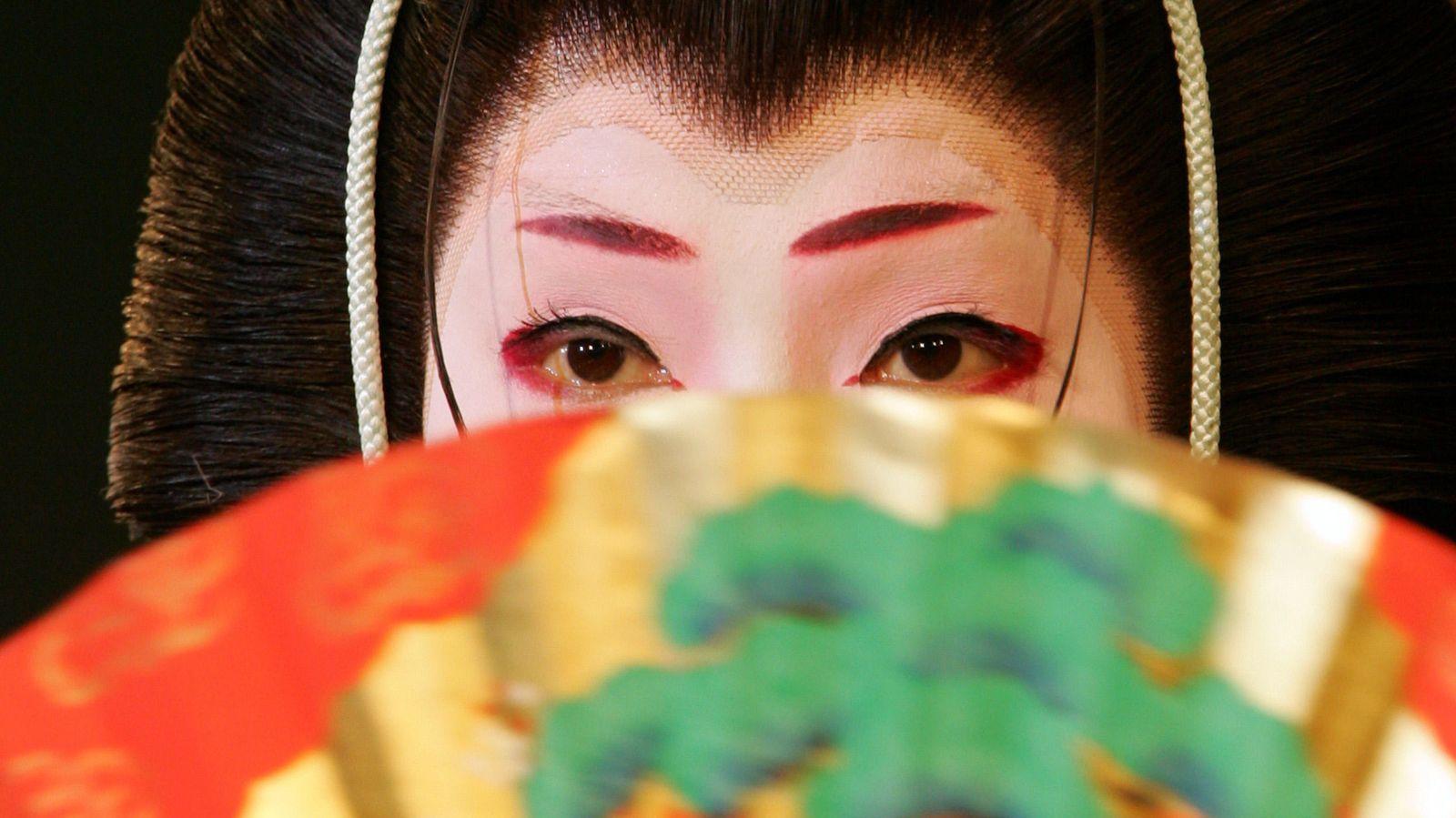 Foto: Una geiko actúa en la ciudad de Kioto. (Reuters) (El resto de fotografía del artículo son cortesía de Kyoko Aihara)