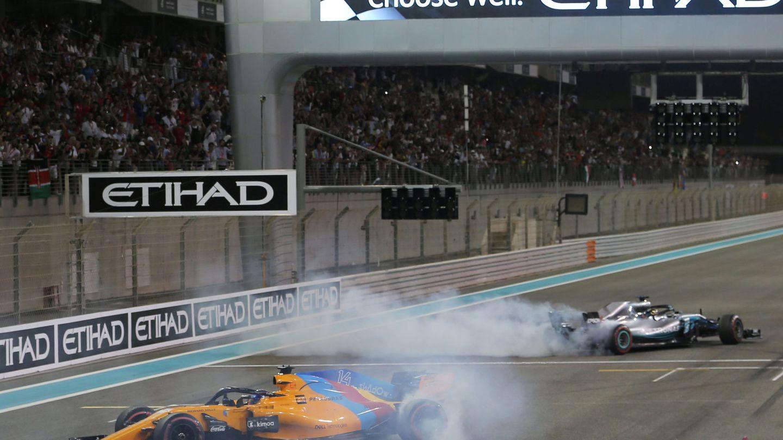 Hamilton y Fernando Alonso en la despedida del español y del mundial de 2018 en Abu Dabi. (Reuters)