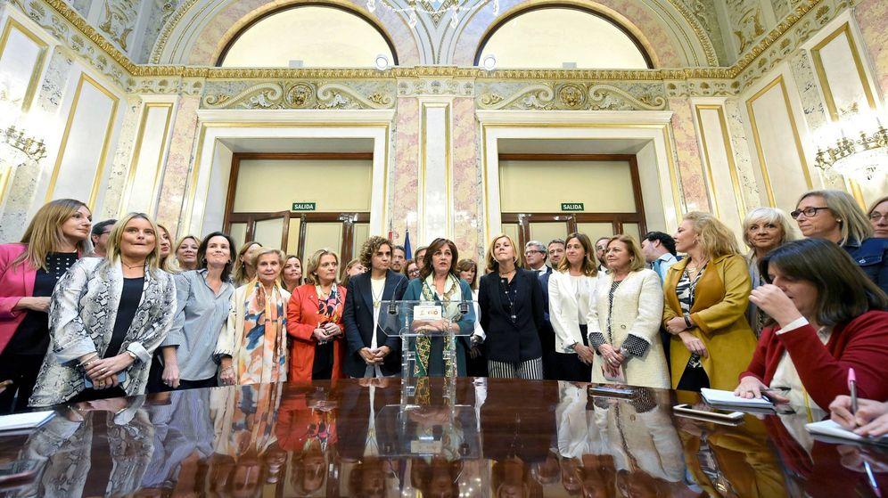 Foto: Rueda de prensa de la diputada del PP Beatriz Escudero (c). (EFE)