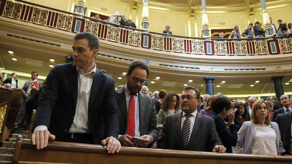 Foto: Pedro Sánchez junto a Antonio Hernando y Carme Chacón, este 28 de abril, en el último pleno de la XI Legislatura. (EFE)
