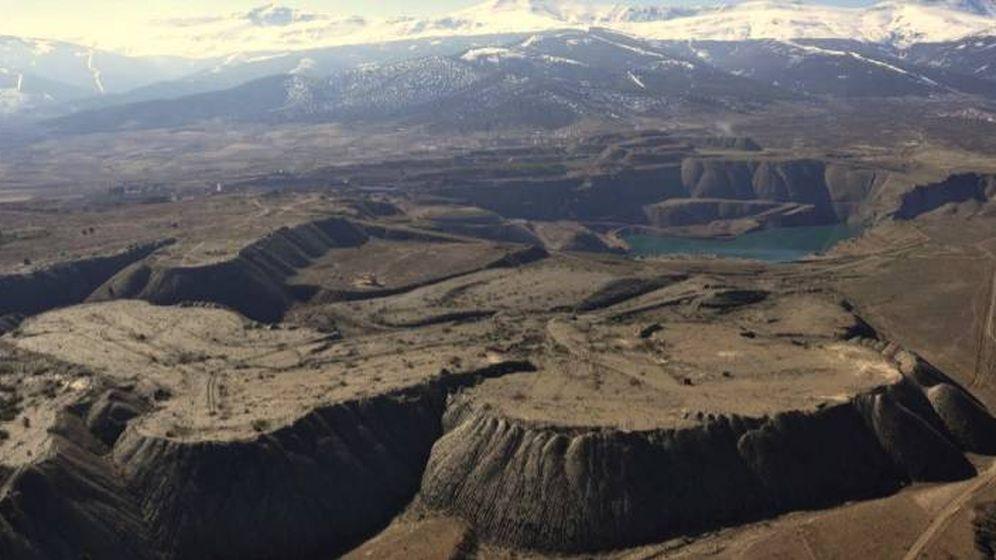 Foto: Imagen de los terrenos mineros con Sierra Nevada al fondo. (Minas de Alquife)