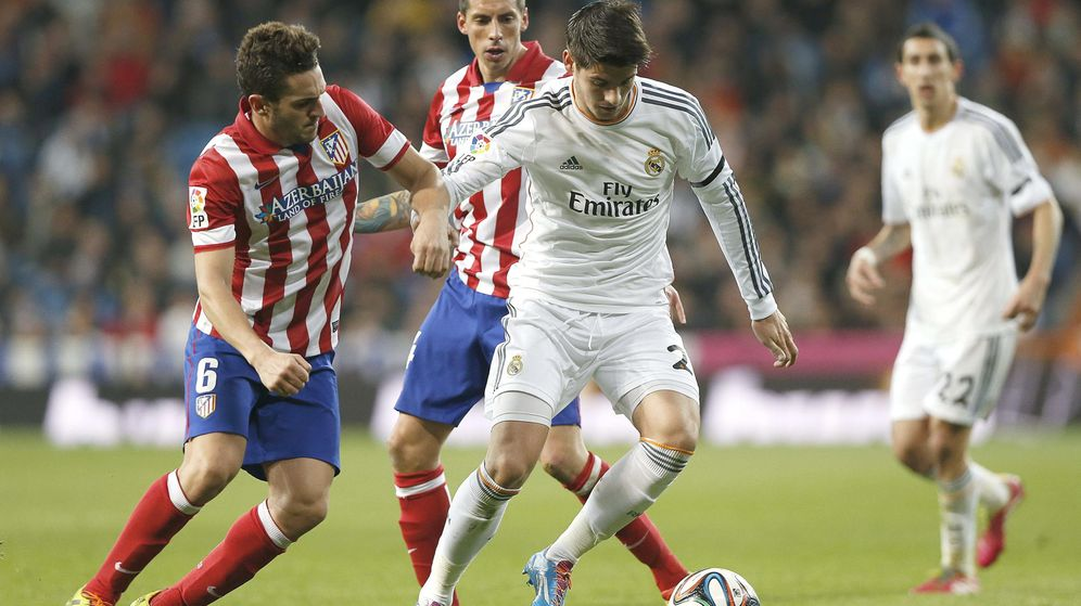 Foto: Morata (d) lucha un balón con Koke. (EFE)