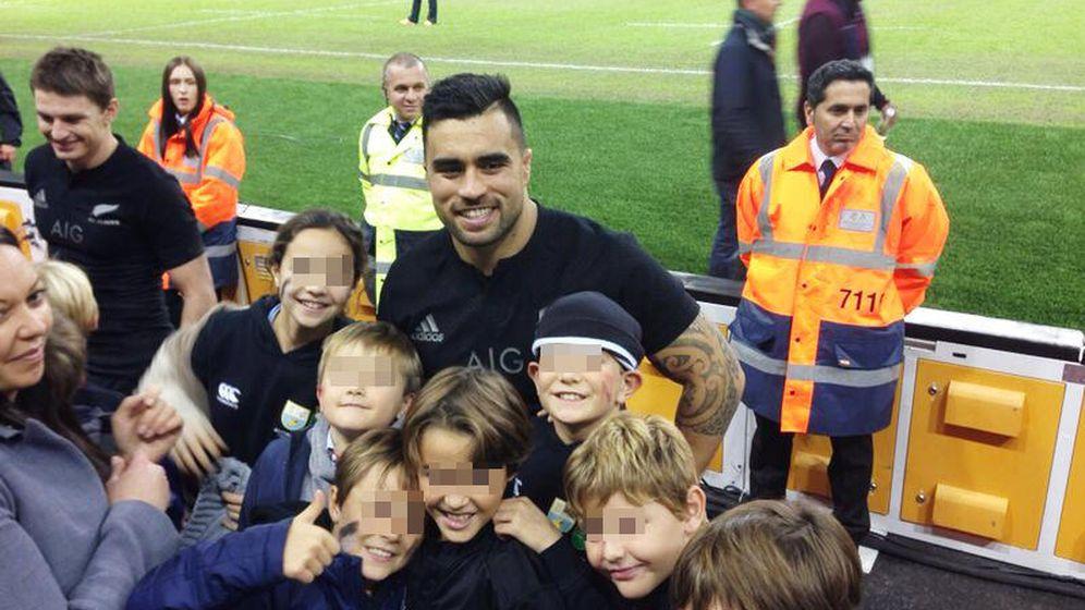 Foto: El All Black Liam Messam rodeado de niños del Alcobendas Rugby.