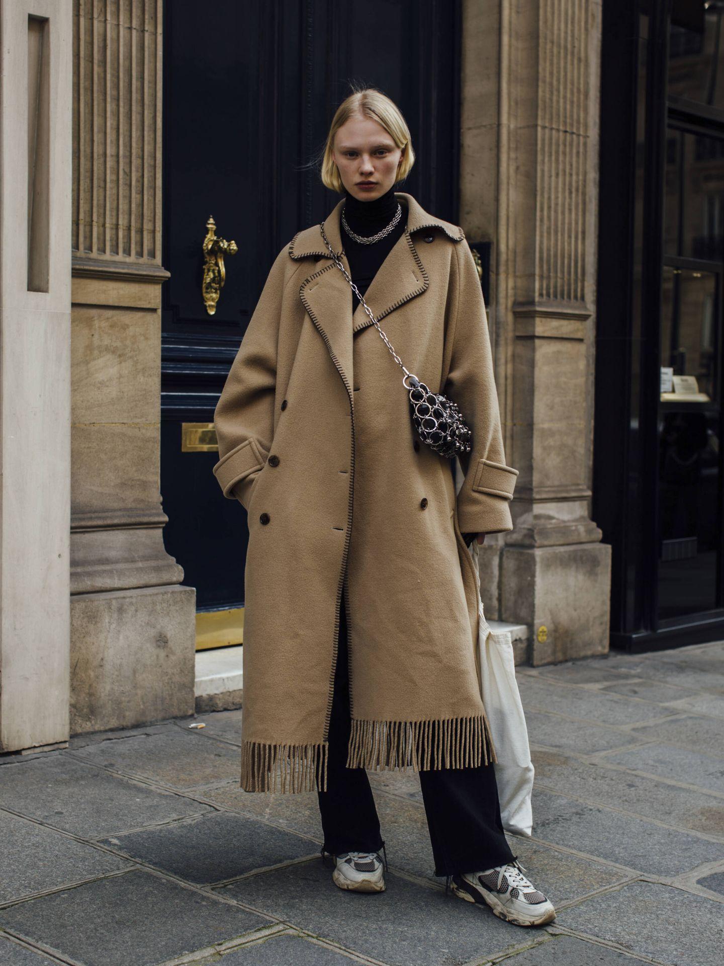Un abrigo camel con flecos. (Imaxtree)