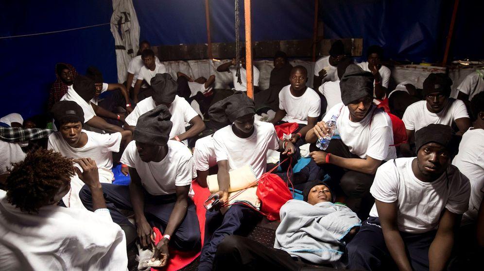 Foto: Parte de los 629 inmigrantes que han sido trasladados al barco Aquarius, fletado por Médicos Sin Fronteras y SOS Mediterranée. (EFE)