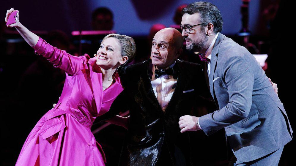 Foto: 'El teléfono', en el Teatro Real. (Javier del Real)