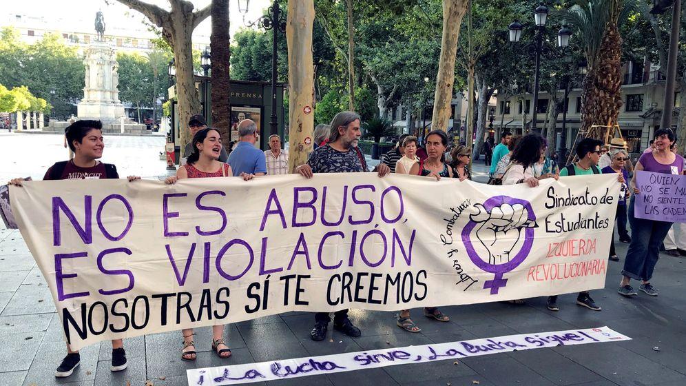 Foto: Colectivos feministas tras conocer el fallo del supremo. (EFE)