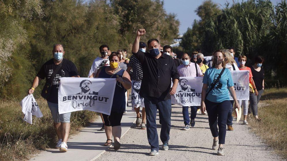 Foto: El presidente de ERC, Oriol Junqueras (c), pasea por Sant Vicenç dels Horts, tras salir este viernes de la prisión de Lledoners. (EFE)