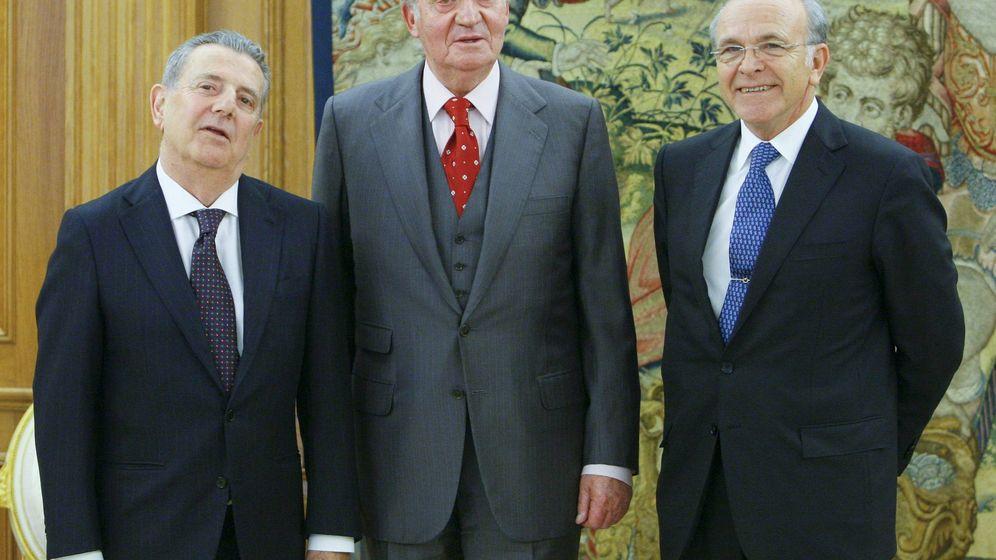 Foto: Fotografía de archivo del Rey Emérito, Javier Godó e Isidro Fainé. (EFE)
