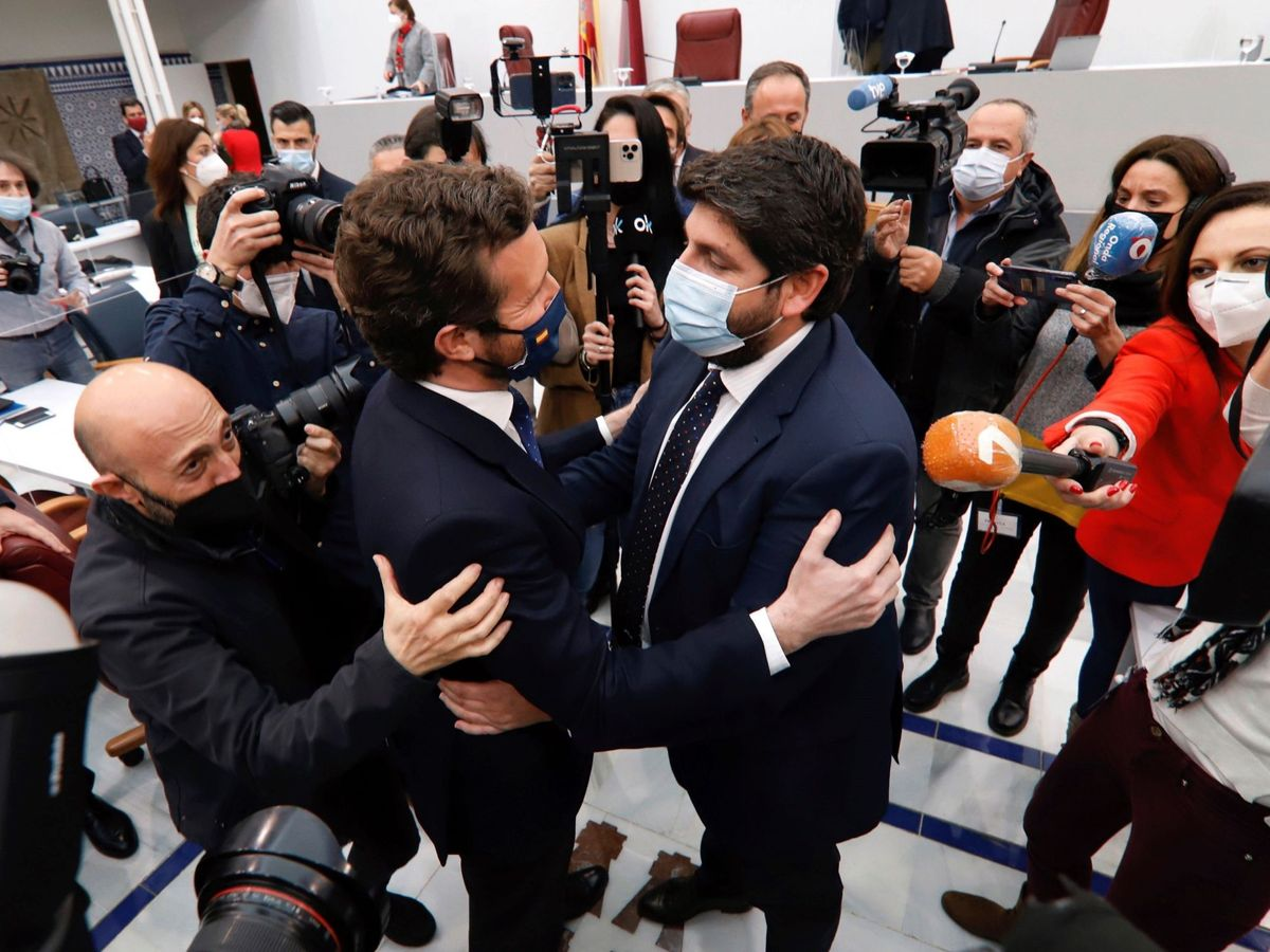 Foto: Pablo Casado saluda a López Miras tras la moción de censura fallida. (EFE)