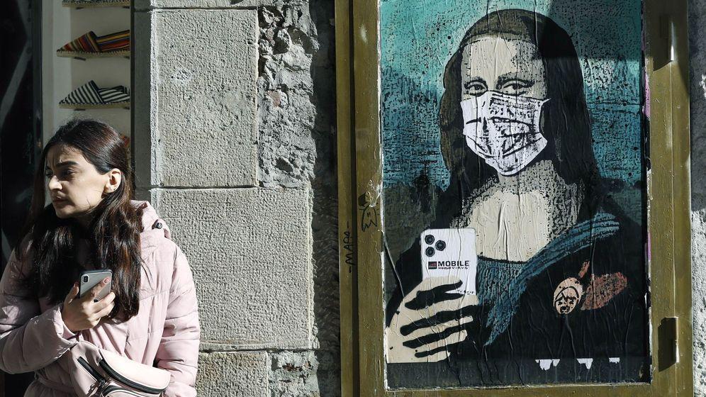 Foto: Un mural representa a la Gioconda con mascarilla. (EFE)