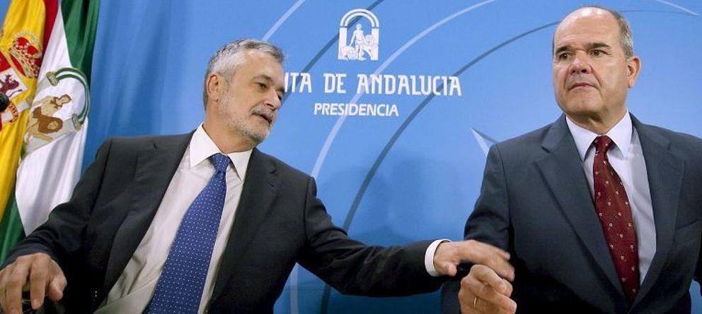Foto: Los ex presidentes de la Junta de Andalucía, José Antonio Griñán y Manuel Chaves (EFE)