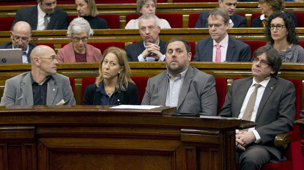 Foto: El presidente de la Generalitat, Carles Puigdemont (d), junto a algunos de sus 'consellers'. (EFE)