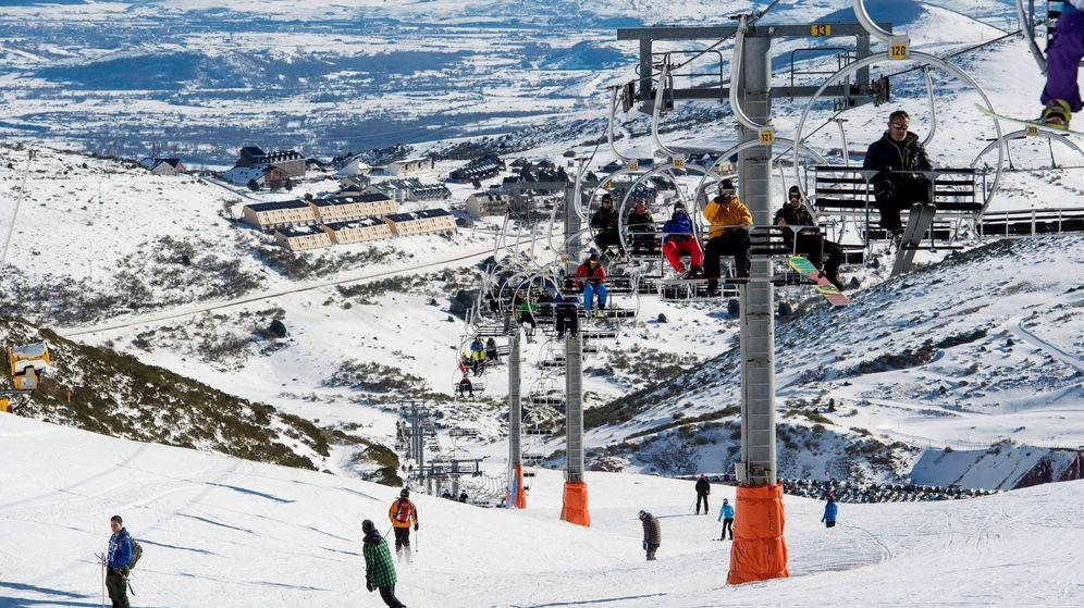 Foto: Varios esquiadores en la estación de esquí de Alto Campoo, una de las cuatro que abrirán este puente. (EFE)