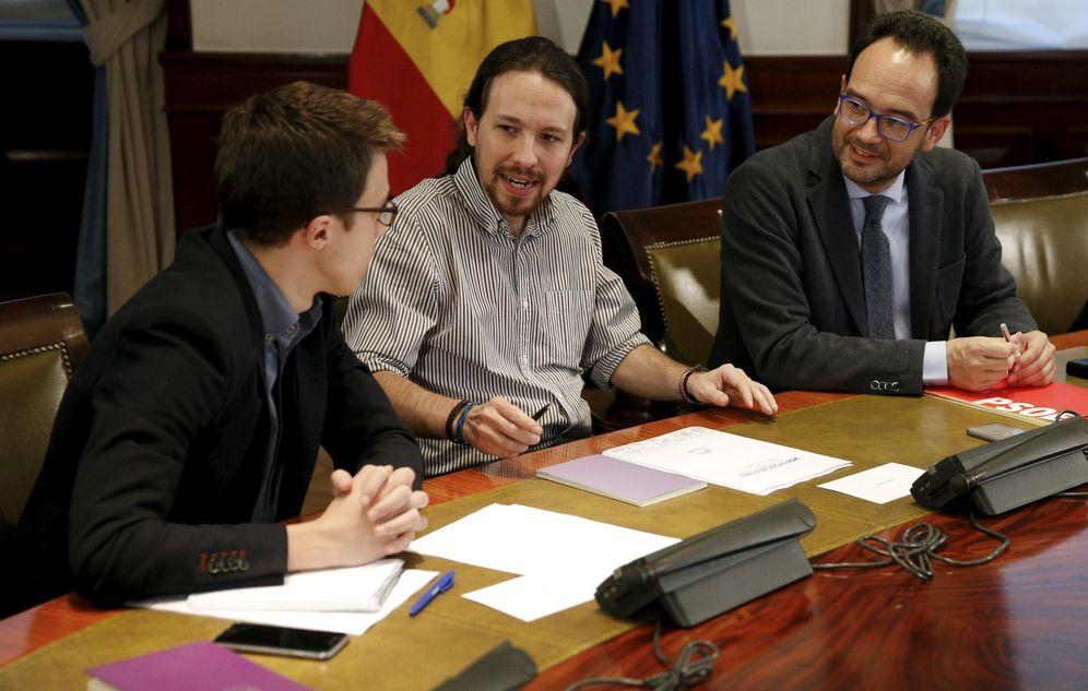 Foto: El socialista Antonio Hernando conversa con Pablo Iglesias e Íñigo Errejón, durante la reunión tripartita del pasado 7 de abril en el Congreso. (Reuters)
