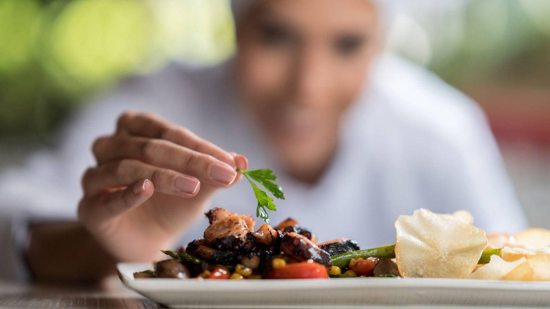 Incluye cada ingrediente, hasta una hoja de menta en el plato. (iStock)